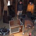 Der Kasten wird aus den Bauteilen Stück für Stück zusammen gebaut. Foto: Jonas Hagge