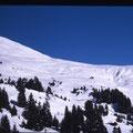 Blick vom Sessellift richtung Hütte mit Skihaus im Vordergrund