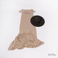 Modernes Babybauchkleid für Fotoshooting in Karlsruhe in der Farbe beige