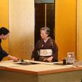 お点前をする五藤宗紫先生と半東の髙本宗綾先生