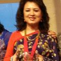 Bandana Rana de Nepal et membre de l'AIF reçoit un prix.