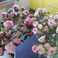 gut anschneiden und in lauwarmes Wasser, damit die Blumen möglichst lange schön sind