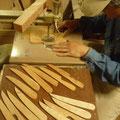 木のペーパーナイフ切り抜き中