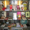 Mediothek vom Gymnasium Leonhard - Vitrine mit Literatur zu den Frauenrechten  international