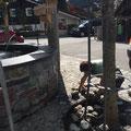 Dorfbrunnen Steine verlegen
