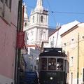 Straßenbahn und Autos zwängen sich überall durch die enge der Stadt