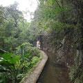 Wir wandern entlang eines Wasserkanals