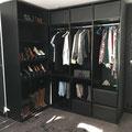 Dressing coulissant avec façades de tiroirs en verre laqué noir (Meulan 78)