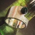 Zilveren ring met toermalijn en boomschorsstructuur bewerking