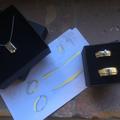 Set trouwringen, van oud wit- en geelgoud, en bijpassende hanger+ketting voor de bruid