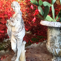 antica statua venere e vaso in ghisa