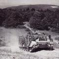 Panzermörser beim Beziehen einer Feuerstellung.