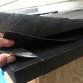 雨音など物音に敏感だと奥様がおっしゃっていたので、雨音を軽減するための対策、コンパネ下地+ゴムアスルーフ+天然ゴムシート+ゴムアスリーフという積層構造、内部は断熱材ぎゅうぎゅうに詰め込んで遮音してます。