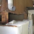 こちら茶色の外装は リブトタン板と言います。これがボロボロに錆びていて雨漏りの危険性大です。この腐食は、経年劣化というよりも電食による腐食です。