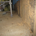 このままだと土台が水に濡れやすく、腐食の原因になりますので、コンクリートブロックで立ち上がりをつくることにしました。