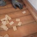床のレベル誤差を±1mm以下にするべく、レーザーで測りながら厚みの違うパッキンを仕込んでいきます。