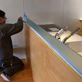 キッチンにガラスを立て、コーキング。前面の壁をホワイトで塗装しました。