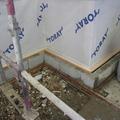 再び外部へ。積んだブロックに水切りというガルバリウム鋼板製の金物を被せるのですが、幅が広いので下地を作ることにします。まず胴縁と呼ばれる材木21×45をブロックの根元に固定します。