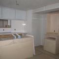 こちらにも家具造作。両サイドには冷蔵庫ともう一台の小さなカップボードが入ります。カップボード、実は3つあったんです。