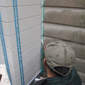 お外では、今回の助っ人、杉尾さんが外壁にコーキングをしてくれています。