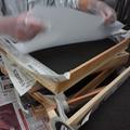 木箱に火山灰・不織布・セロファンを重ねます