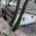 Geheimnisvolles Häuschen an der Ruwer. Das kleine Gebäude hatte eine eigene Fußgängerbrücke (heute Ruine) über die Ruwer.