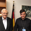 Egon Jüttner mit Deniz Ay, dem Praktikanten in seinem Berliner Büro