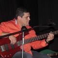 Erasmo González López (Porlamar, 1965) BAJISTA comenzó en el seno de su familia musical. Estudió música en paralelo a su formación académica formal, (T.S.U. en Optometria y Prof. en Educación Integral) y recibió clases de importantes músicos.