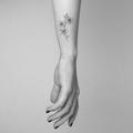 Tatouage fleurs poignet