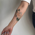 Tatouage rose avant-bras femme