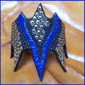 "Punziertes Armband ""Bat"" blau / natur."