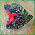 "Punziertes Armband ""Minos"", grün / rot."