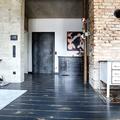 """Vintage Eichendielen """"Loft"""" anthrazit im Wohnraum des historischen Bahnhofs"""