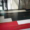 """Vintage Eichendielen """"Loft""""  in weiß, anthrazit und rot im Flur des historischen Bahnhofs"""