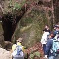 ③水の滴る洞窟にて