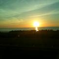 小松空港へのバスの中から。 日本海に沈む夕日。 穏やかな気持ちになりました。