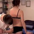 6. Reposition des Steiss- und Kreuzbeins. Patientin schwingt mit einem Bein.