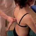 11. Reposition der Brustwirbelsäule (Bild: von Hand) TH 1 - TH 12. Patientin schwingt mit den Armen.