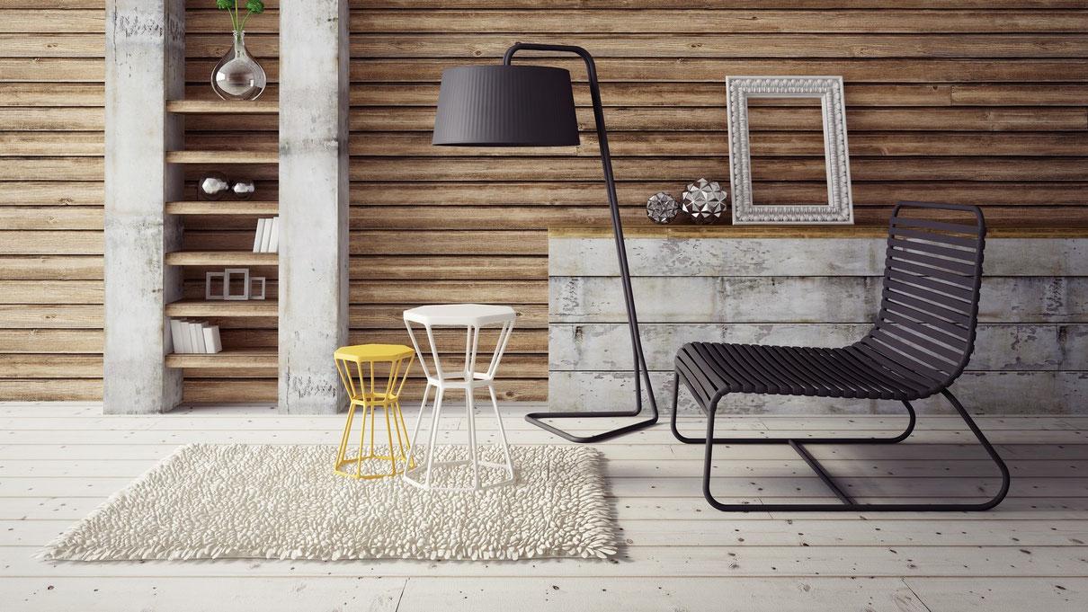 Spartanisch eingerichtetes Wohnzimmer mit hellem Holzfußboden.