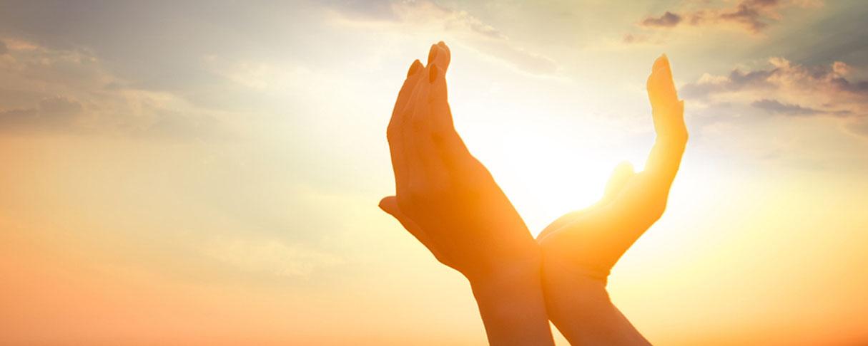 Hände zeigen in den sonnigen Himmel