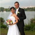 """Foto: """"Hochzeitpaar vor der Alster in Hamburg beim Hochzeitsfotoshooting"""""""