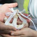 """Foto: """"Hamburger Hochzeitpaar hält einen Anker in den Händen beim Hochzeitsshooting"""""""