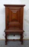 Kleiner dekorativer Stollenschrank, Eiche, gedrechselter Fuss, € 600,00