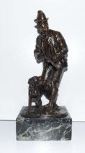 Bronzefigur, S. Bauer, Jäger mit Schweißhund, Marmorsockel, € 650,00