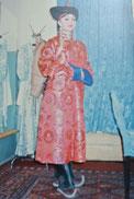 「三座山」のナンサルマー役衣装を着たオペラ歌手(1985年7月、ウランバートル)