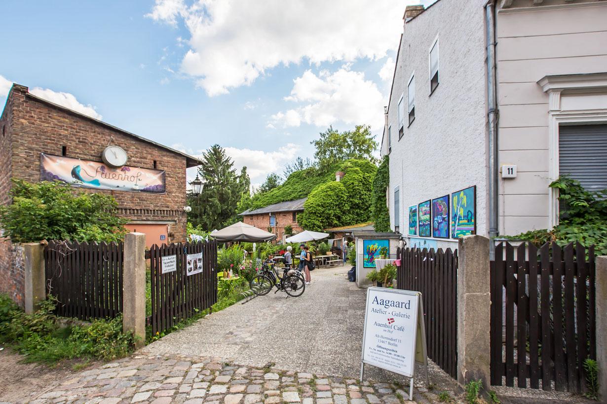 Café im Auenhof und die Kunstgalerie Aagaard im Berliner Stadtteil Hermsdorf. Der Eingangsbereich.