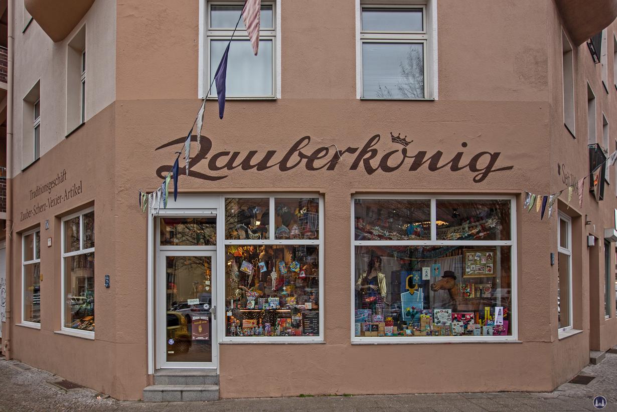 Der Zauberkönig in Berlin - Neukölln. Aussenansicht des Ladens in der Herfurthstraße.