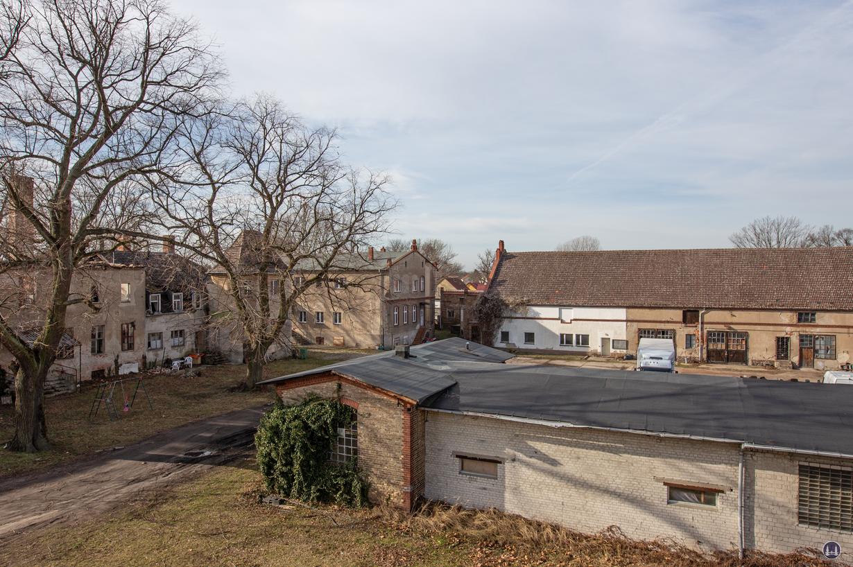 Historischer Gutshof Schloss Dahlewitz. Blick aus dem alten Lagerhaus auf den Innenhof des Gutshofareals.