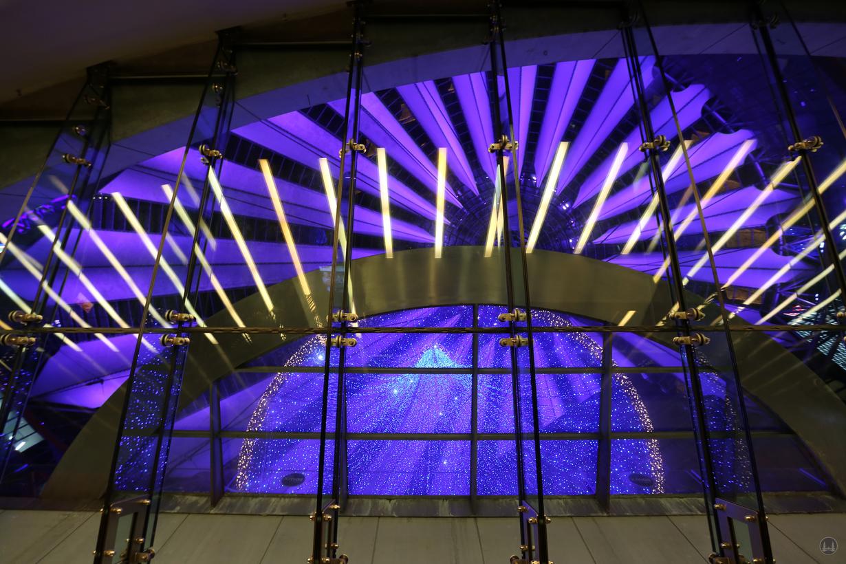 CineStar Kino im Sony Center Berlin. Blick durch das halbkreisförmige Glasdach des Verbindungsflurs zu den Kinosälen.