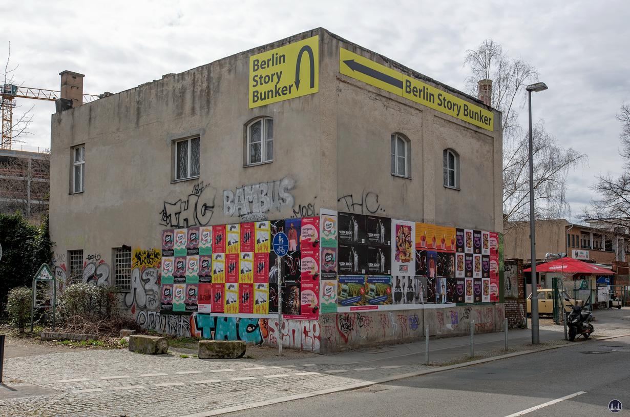 """Werbung für den """"Berlin Story Bunker"""" am Garagengelände Schöneberger Straße."""